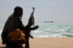 499683_photo-du-7-janvier-2012-montrant-un-pirate-somalien-alors-qu-au-large-mouille-un-bateau-grec-retenu-en-otage
